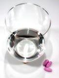 Comprimidos e água Fotos de Stock