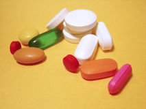 Comprimidos e cápsulas diferentes Foto de Stock