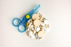 Comprimidos e cápsulas médicos com tesouras imagens de stock