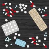 Comprimidos e cápsulas na tabela de madeira Fotografia de Stock