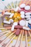 Comprimidos e cápsulas no dinheiro Foto de Stock
