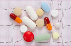 Comprimidos e cardiogram foto de stock