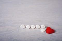 Comprimidos e coração vermelho Foto de Stock Royalty Free