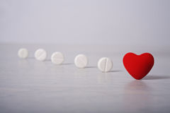 Comprimidos e coração vermelho Imagem de Stock Royalty Free