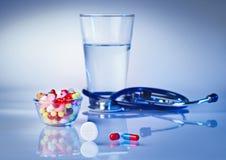 Comprimidos e das tabuletas do macro vida ainda no azul branco Fotos de Stock