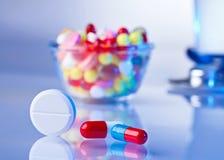 Comprimidos e das tabuletas do macro vida ainda no azul branco Foto de Stock Royalty Free