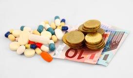 Comprimidos e dinheiro Fotografia de Stock Royalty Free