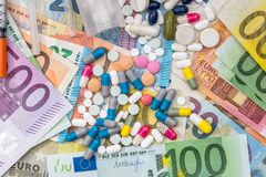 Comprimidos e drogas diferentes em euro- contas Imagens de Stock Royalty Free