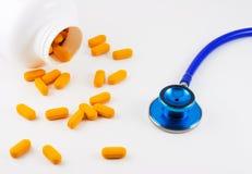 Comprimidos e estetoscópio Fotos de Stock