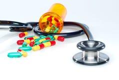Comprimidos e estetoscópio médicos. Fotos de Stock