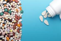 Comprimidos e garrafa diferentes com espaço da cópia imagem de stock royalty free