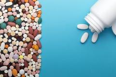 Comprimidos e garrafa diferentes com espaço da cópia imagem de stock