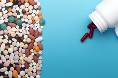 Comprimidos e garrafa diferentes com espaço da cópia foto de stock royalty free
