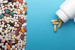 Comprimidos e garrafa diferentes com espaço da cópia imagens de stock