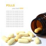 Comprimidos e garrafa isolados no branco Foto de Stock