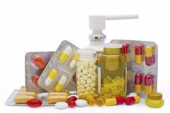 Comprimidos e garrafas da medicina isolados imagens de stock