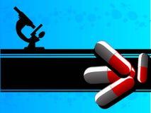 Comprimidos e microscópio da medicina Fotografia de Stock Royalty Free