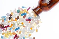 Comprimidos e shtanglass diferentes imagem de stock