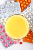 Comprimidos e soda alaranjada Foto de Stock