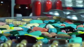 Comprimidos e tabuletas médicos com drogas vídeos de arquivo