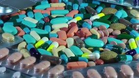 Comprimidos e tabuletas médicos com drogas video estoque