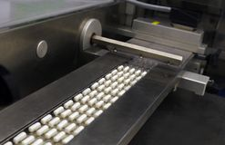 Comprimidos em uma indústria farmacêutica Imagem de Stock Royalty Free