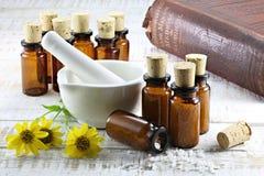 Comprimidos homeopaticamente da arnica fotografia de stock