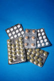 Comprimidos isolados no azul Fotografia de Stock