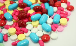 Comprimidos isolados no fundo branco Fotografia de Stock