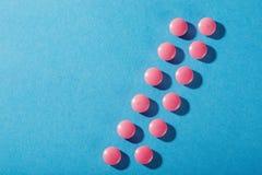Comprimidos médicos da forma redonda e da cor cor-de-rosa Fotos de Stock