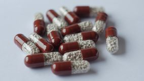 Comprimidos médicos colocados na tabela de giro, tiro com fundo sem emenda branco vídeos de arquivo