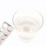 Comprimidos na bolha com água Imagens de Stock