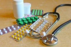 Comprimidos na tabela Imagens de Stock