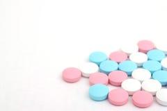Comprimidos no fundo branco Imagem de Stock