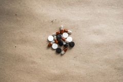 Comprimidos no papel centrado Fotografia de Stock Royalty Free