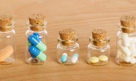 Comprimidos nos frascos de vidro Foto de Stock