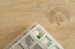 Comprimidos organizados em uma caixa do comprimido para o uso diário Fotos de Stock Royalty Free