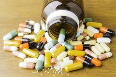 Comprimidos ou cápsulas da medicina no fundo de madeira Prescrição da droga para a medicamentação do tratamento fotografia de stock royalty free