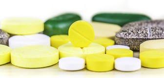 Comprimidos ou cápsulas da medicina no fundo de madeira Prescrição da droga para a medicamentação do tratamento Medicamento farma Foto de Stock