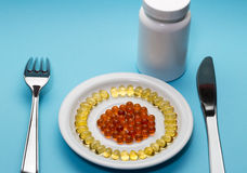 Comprimidos, placa e garrafa vermelhos amarelos imagem de stock
