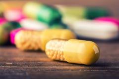 Comprimidos tabuletas cápsula Montão dos comprimidos Fundo médico Close-up da pilha de tabuletas do verde amarelo - cápsula Compr Imagens de Stock