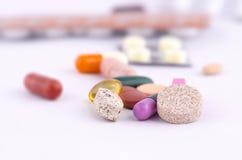 Comprimidos, tabuletas e cápsulas coloridos do gel Imagem de Stock