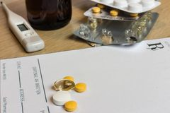 Comprimidos variados no termômetro e no xarope vazios da prescrição Fotos de Stock