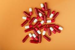 Comprimidos vermelhos e brancos imagens de stock royalty free