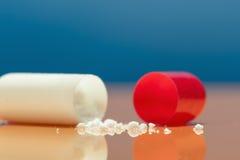 Comprimidos vermelhos e brancos fotos de stock royalty free