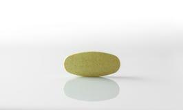 Comprimés de fines herbes, médecine sur le fond blanc Photo stock