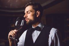 Comprobación de clase de vino carmesí Fotos de archivo