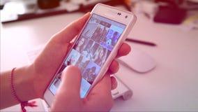 Comprobación de Instagram en Smartphone almacen de metraje de vídeo