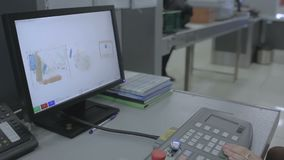 Comprobación de la maleta con el escáner de la radiografía en el aeropuerto almacen de video