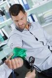 Comprobación de la presión arterial con Digital Equipment moderno Fotos de archivo libres de regalías